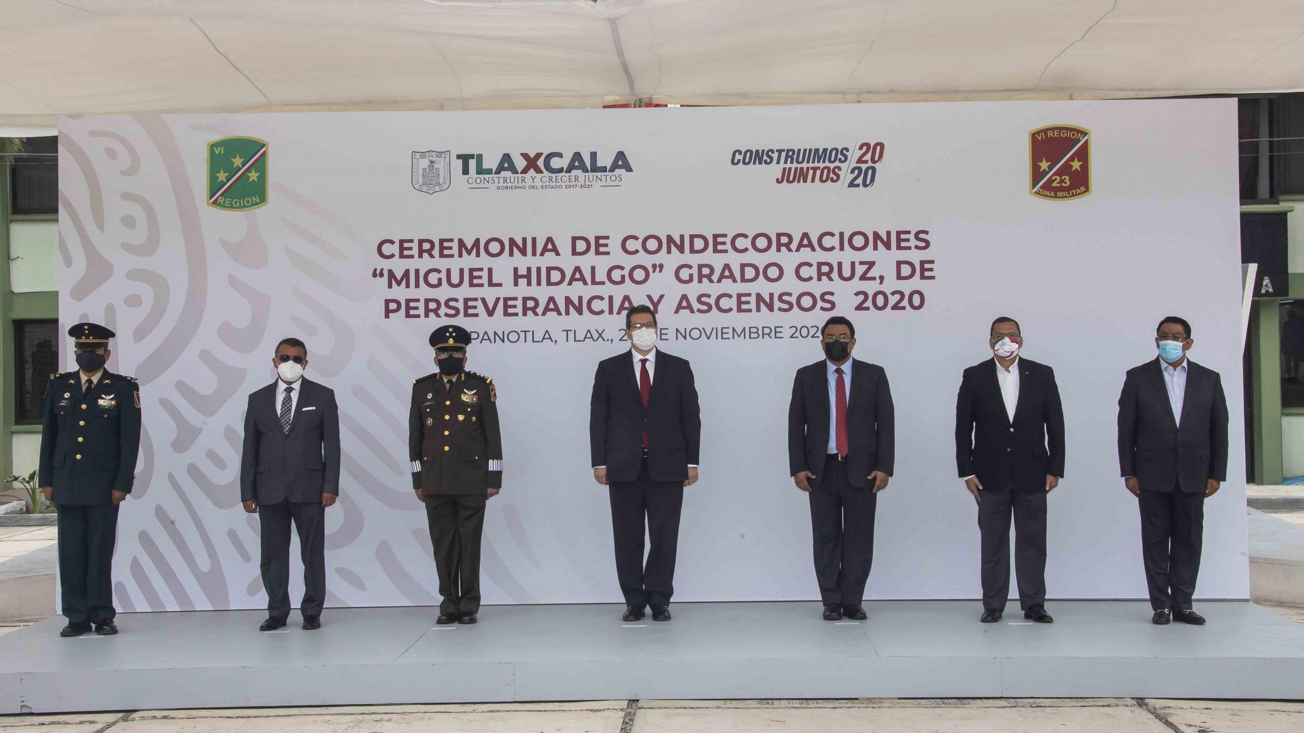 """Marco Mena atestigua entrega de condecoración """"Miguel Hidalgo"""" a personal médico de Tlaxcala."""