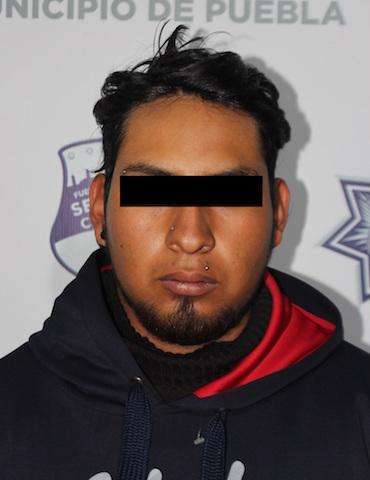 En acción coordinada, detuvieron policías municipales de Puebla a hombre por conducir una motocicleta robada