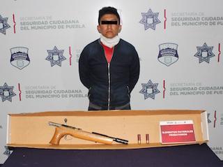 Detuvo policía municipal de Puebla a hombre presuntamente dedicado al robo a transporte público y a transeúnte