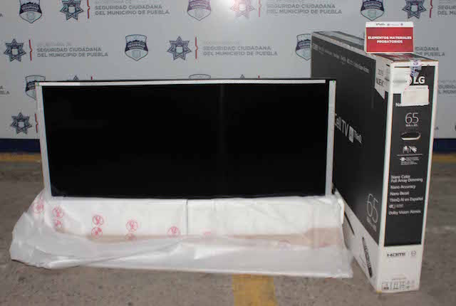 Recuperó policía municipal de Puebla una pantalla robada de 65 pulgadas; una pareja fue detenida