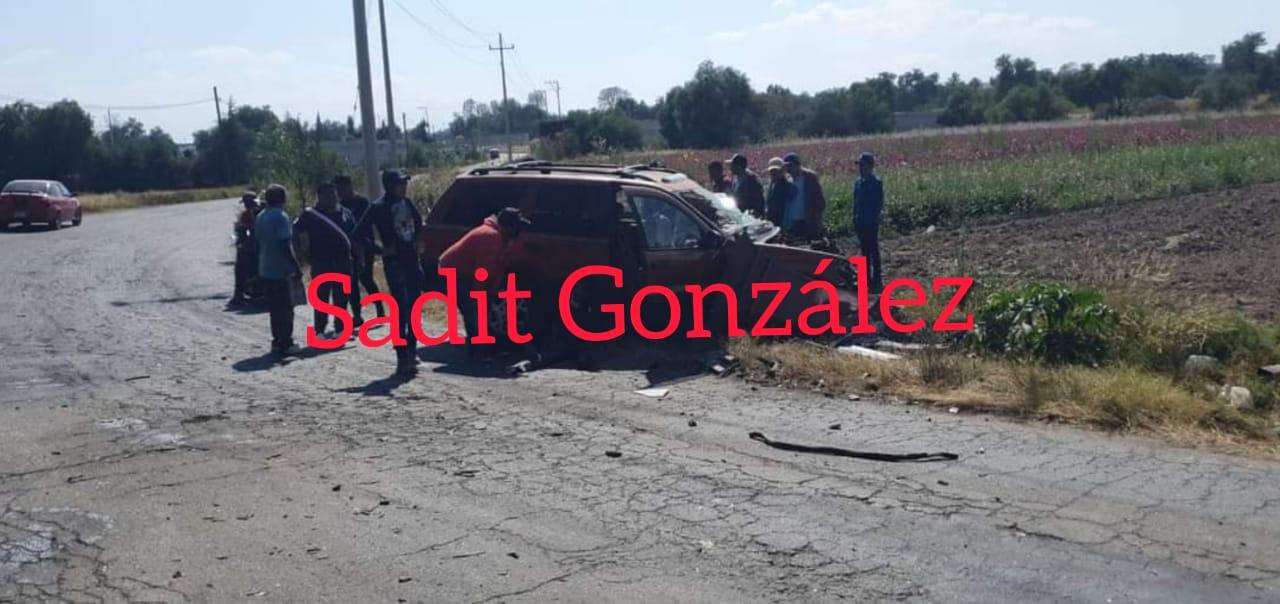 Un lesionado de gravedad, saldo de choque frontal de camión contra camioneta en la carretera Acatzingo-Nopalucan