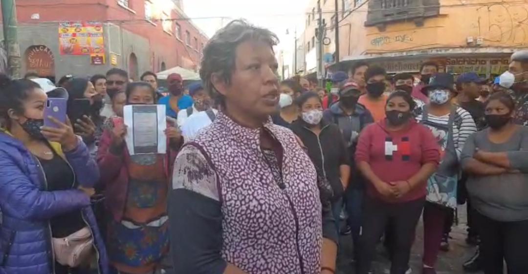 En pleno centro se enfrentan ambulantes por el control de la vía pública