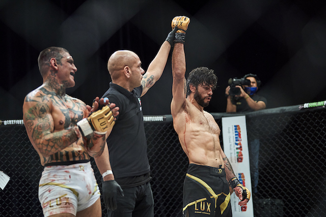 """Embiste """"Toro"""" Reyes en su debut en LUX Fight League a """"Loco"""" Arreola"""