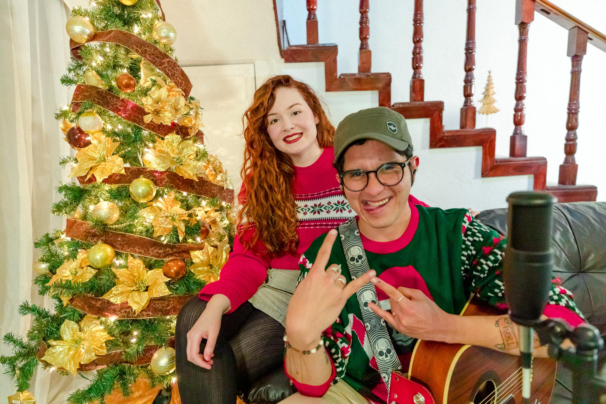 """Beto Lobo y Naomi Tulipe han unido sus talentos para ofrecernos un video navideño de la canción """"Ven a cantar"""", para celebrar y despedir el 2020"""