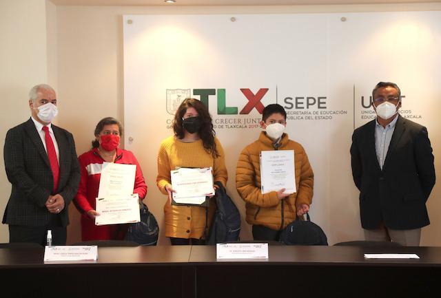 """Premia Sepe-Uset a ganadores estatales del concurso nacional de expresión literaria """"La juventud y la mar"""""""