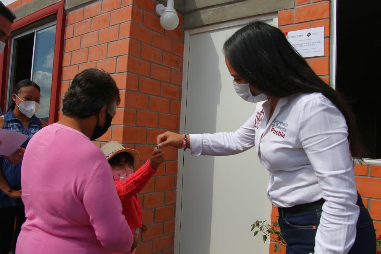 Entrega Bienestar tres viviendas en  San Francisco Totimehuacan