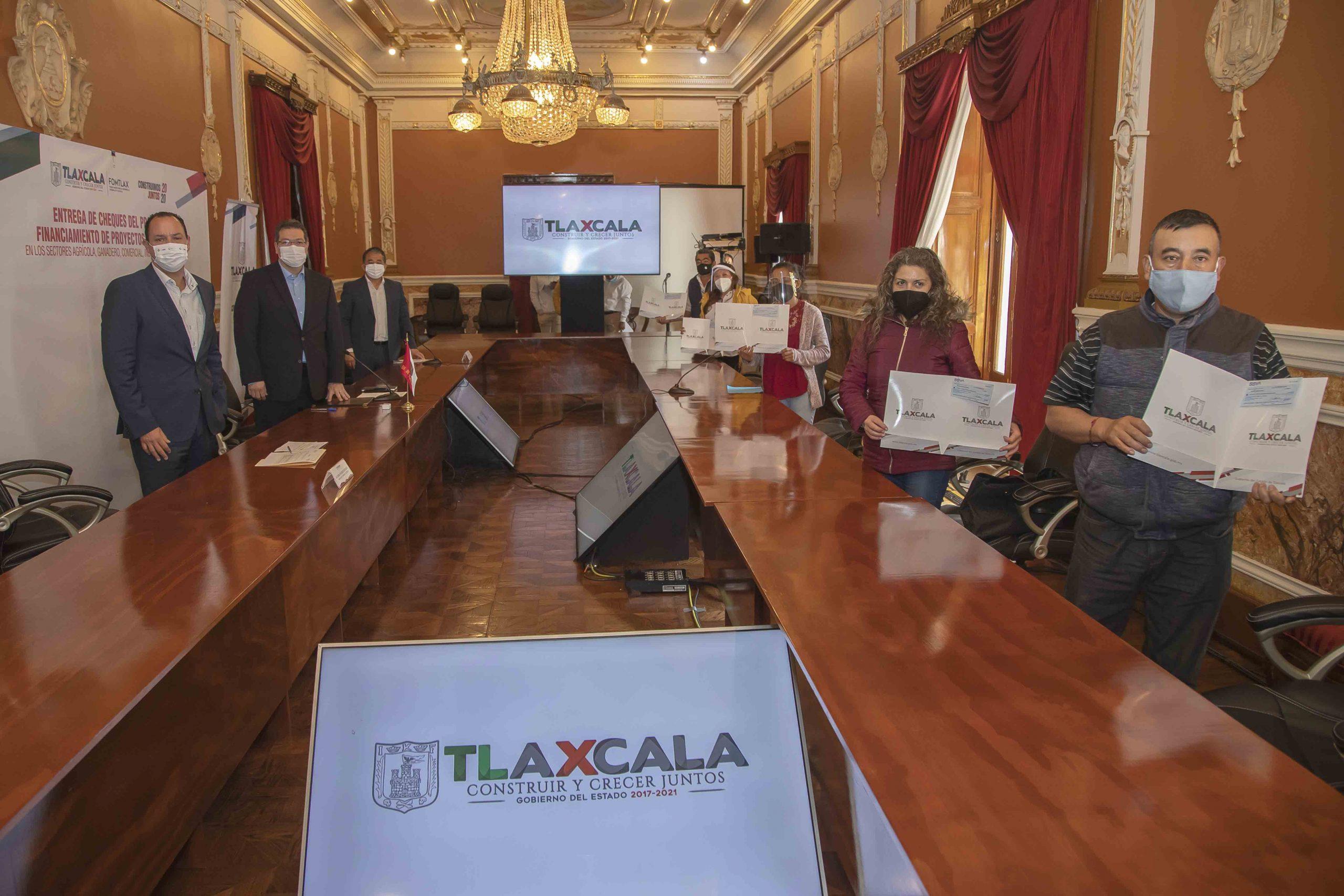 Marco Mena entrega apoyos a pequeñas empresas por Covid-19.