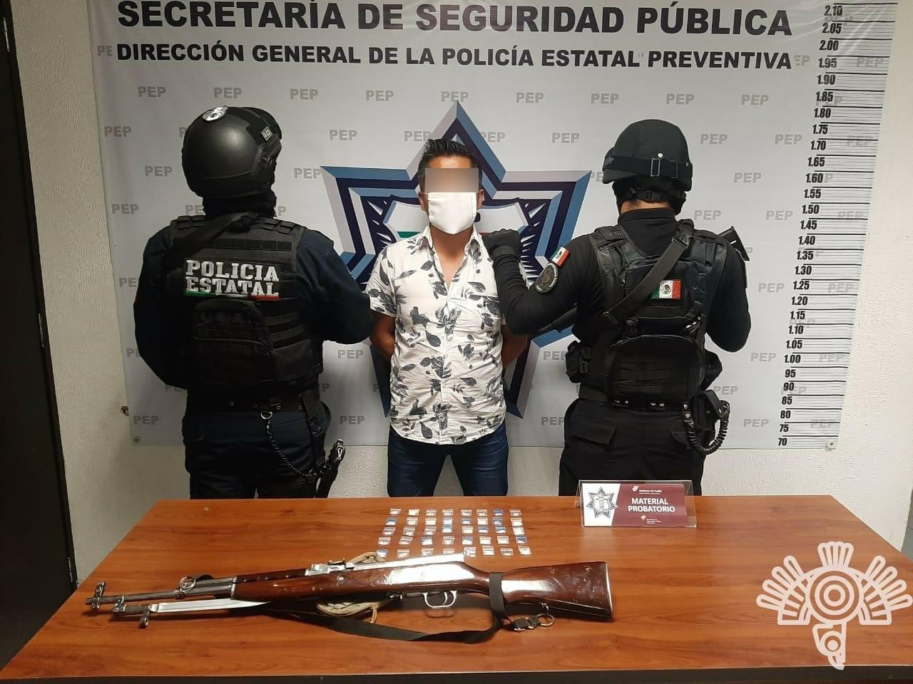 """En Huauchinango, Policía Estatal detiene a hombre que portaba un """"cuerno de chivo"""""""