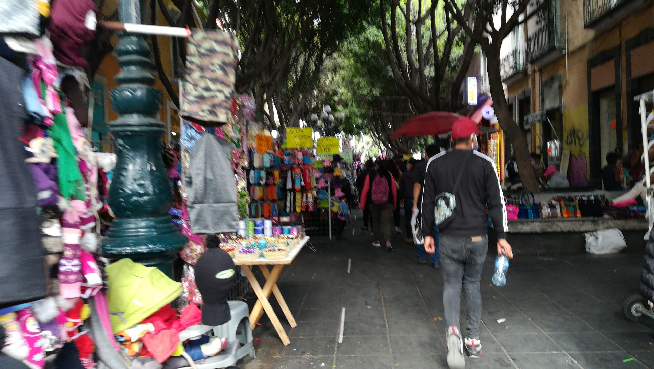 Video desde Puebla: Ambulantes rompen con filtros sanitarios e invaden la calle 5 de mayo