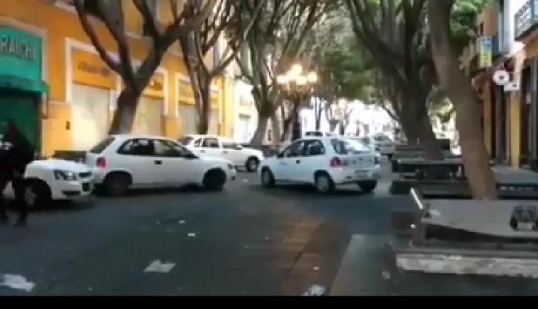 Ayuntamiento usa vehículos oficiales para impedir instalación de ambulantes