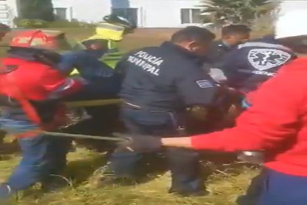 Video desde Puebla: Rescatan a hombre que cayó a un pozo