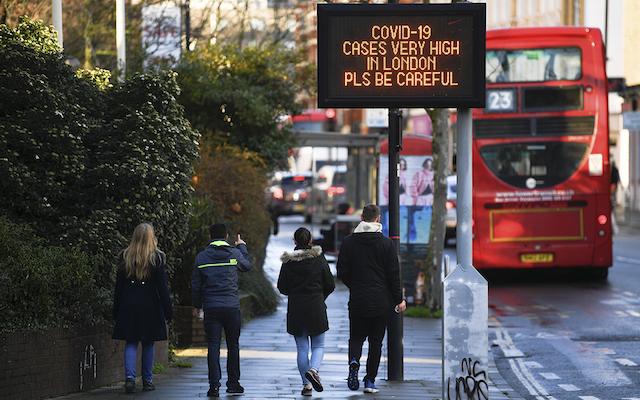 Nueva cepa de coronavirus 'fuera de control', reconoce Reino Unido; países europeos suspenden vuelos