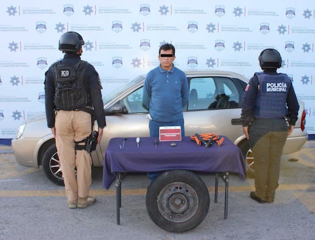 Mediante labores de inteligencia operativa, ubicó y detuvo policía municipal de Puebla a hombre por robo de autopartes