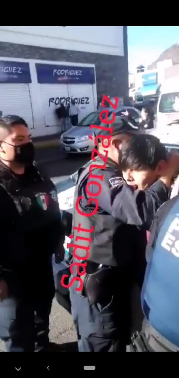 Video desde Puebla: Policías de Atlixco detienen con violencia a joven por no llevar cubreboca