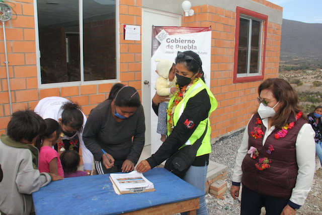 Entregan SEDIF y Bienestar viviendas en San Juan Zacabasco