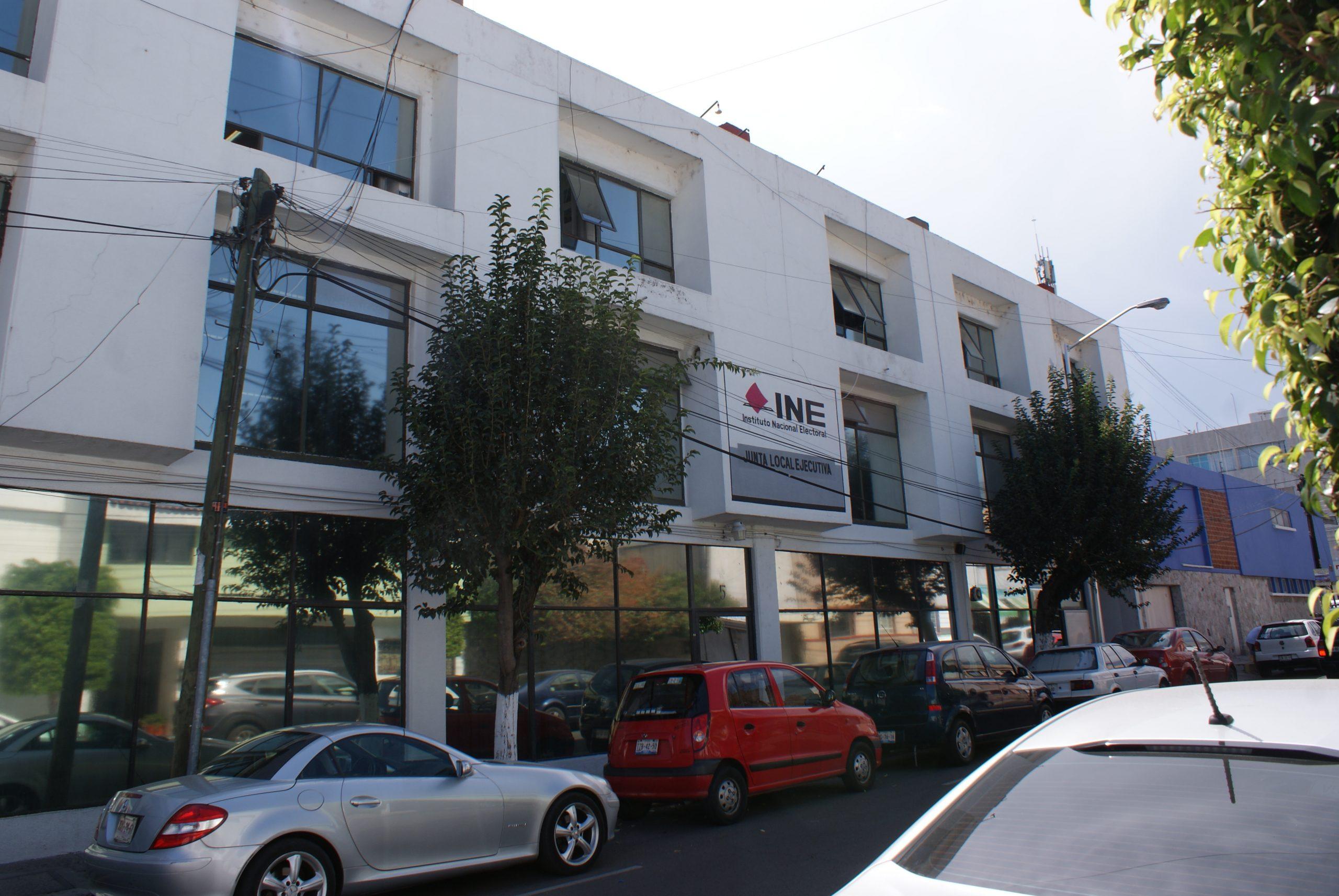 Denuncian ante el INE a dos regidores de Puebla capital por anunciar su registro como aspirantes a diputados federales y entregar bienes