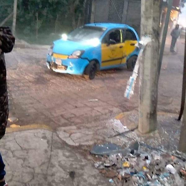 Percance vial frente a la escuela Venustiano Carranza en Huauchinango