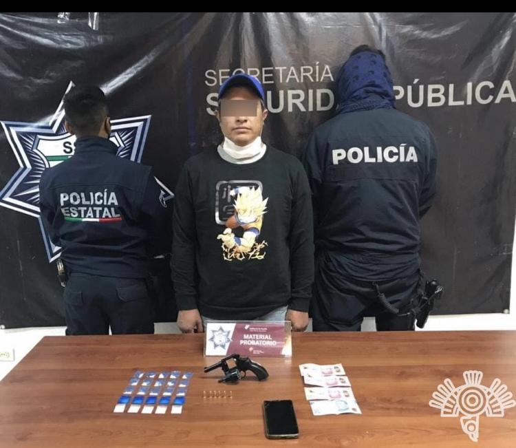 Policía Estatal detiene a hombre con aparente cocaína