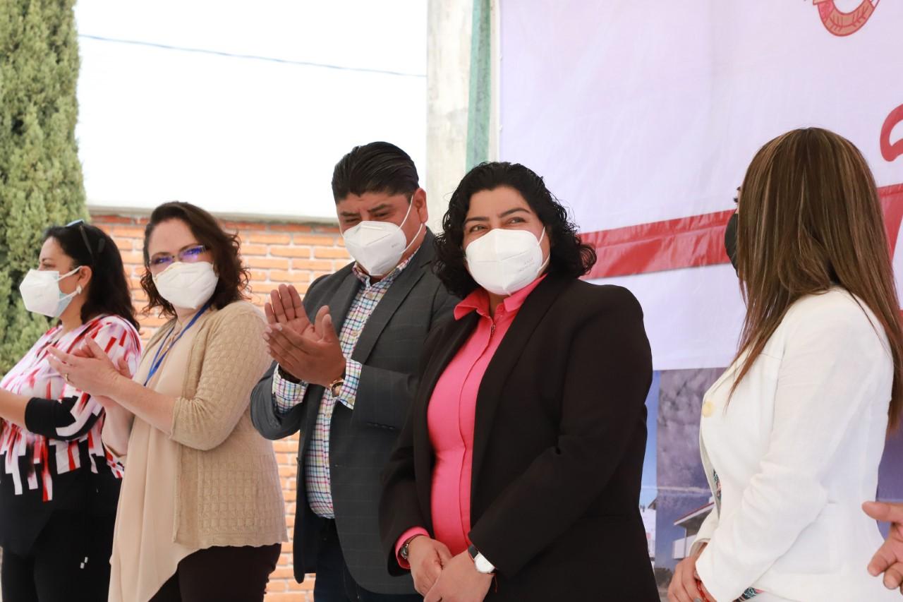 Karina Pérez encabeza inicio de obras en preescolar de San Antonio Cacalotepec