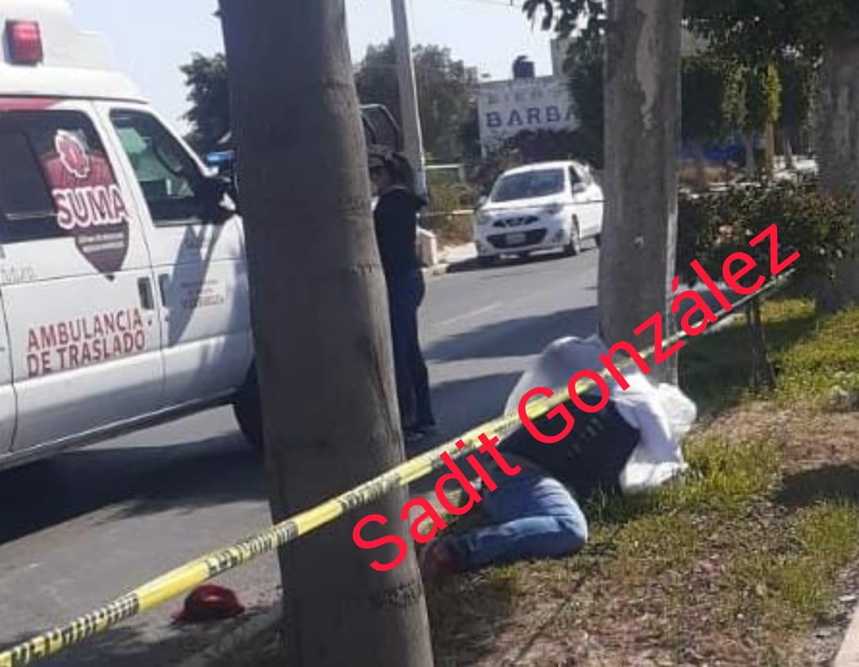Muere hombre al estrellarse en su moto contra un árbol en Huixcolotla