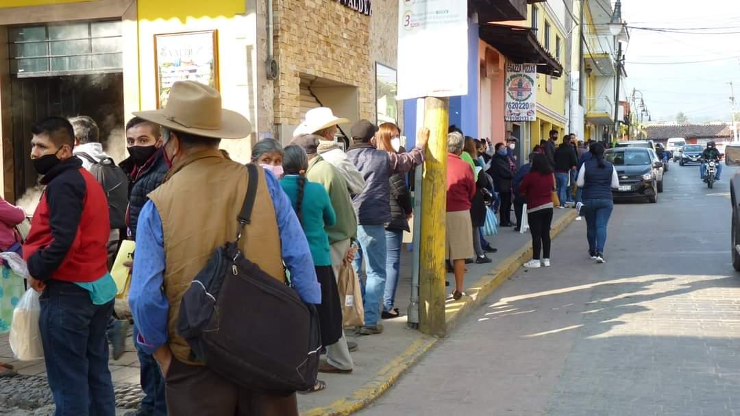 Atiborrado de gente y algunos sin cubreboca, el módulo del INE en Huauchinango