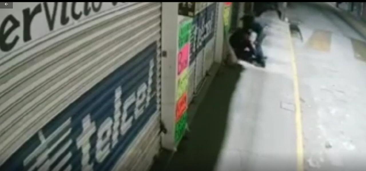Cámaras de seguridad graban una salvaje golpiza que le propina un sujeto a un joven para robarle su celular