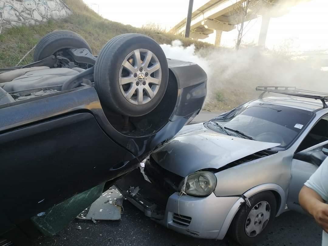 Dos heridos en choque entre un Chevrolet Chevy y un Volkswagen Jetta