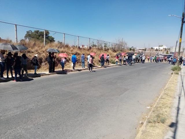 Fotonota: Interminable cola de vacuna en Cuautlancingo; edila Lupita Hernández ni ambulancia mandó