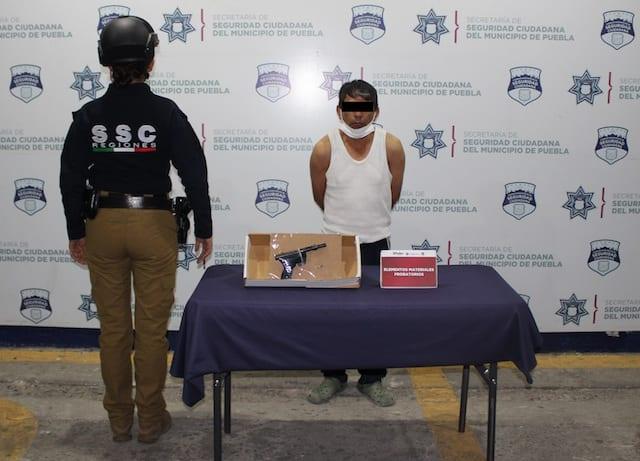 En acción inmediata, detuvo policía municipal de Puebla a hombre por portación ilegal de arma de fuego