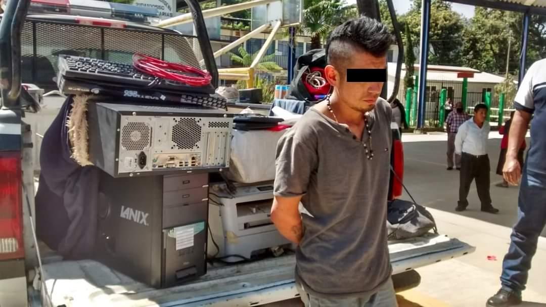 Autoridades de la junta auxiliar de Xilocuautla detuvieron a un sujeto en posesión de equipos de cómputo robado