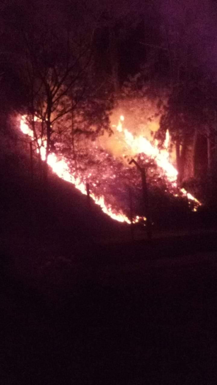 Reportan incendio alrededor del deportivo Texcapa, Huauchinango