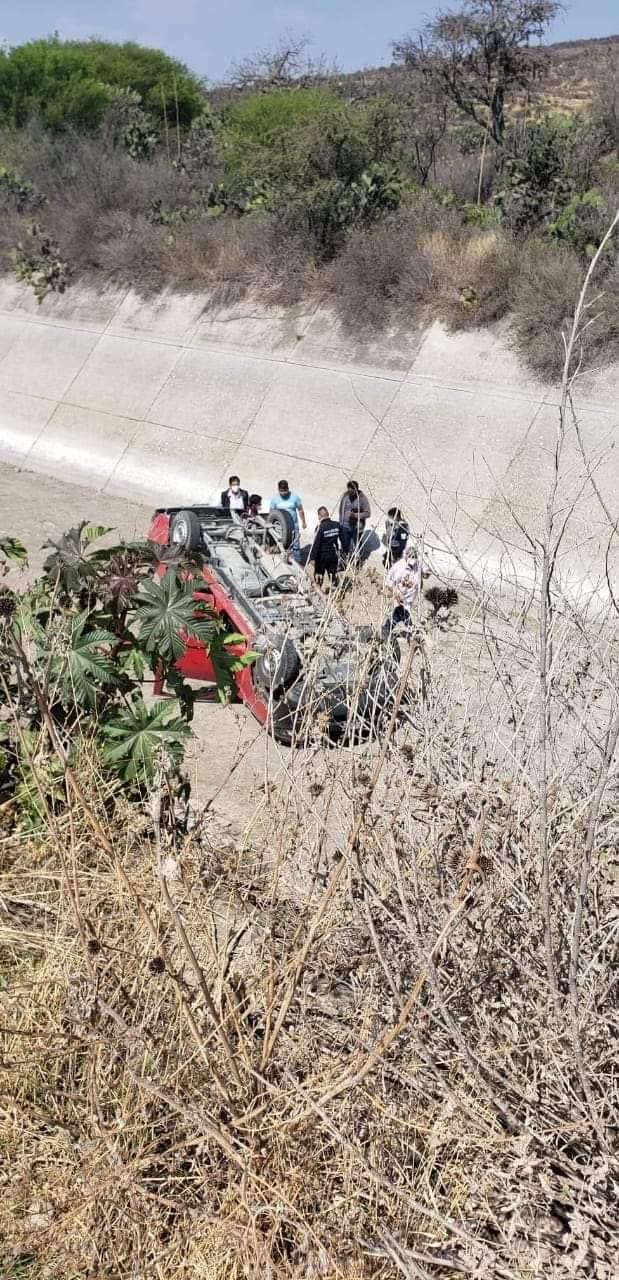 Mujeres voltean su camioneta en Valsequillo al huir de un asalto