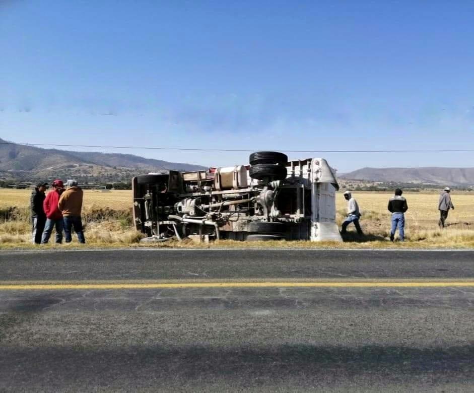 Vuelca camión en la Teziutlán-Acajete y chófer vive para contarla