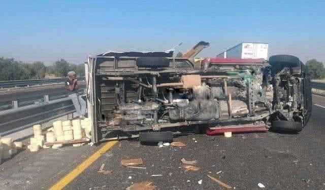 Vuelca camioneta en la Puebla-Orizaba que dejó como saldo cuantiosos daños materiales