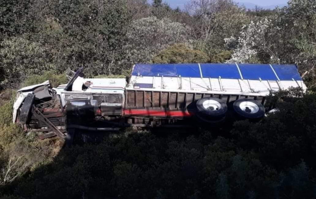 Se voltea camión en la Tlaxco-Tecojotal