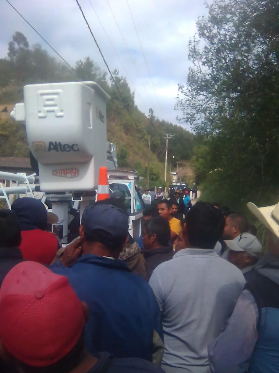 Trabajadores de la CFE, a punto de ser linchados en Huauchinango