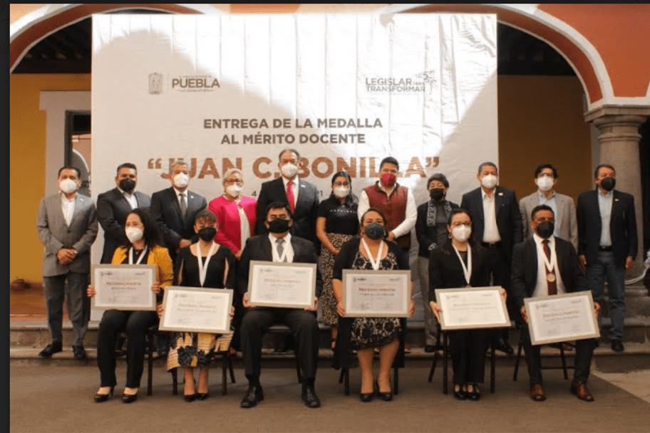 """Entrega Congreso Medalla al Mérito Docente """"Juan C. Bonilla"""" a maestros de Puebla"""