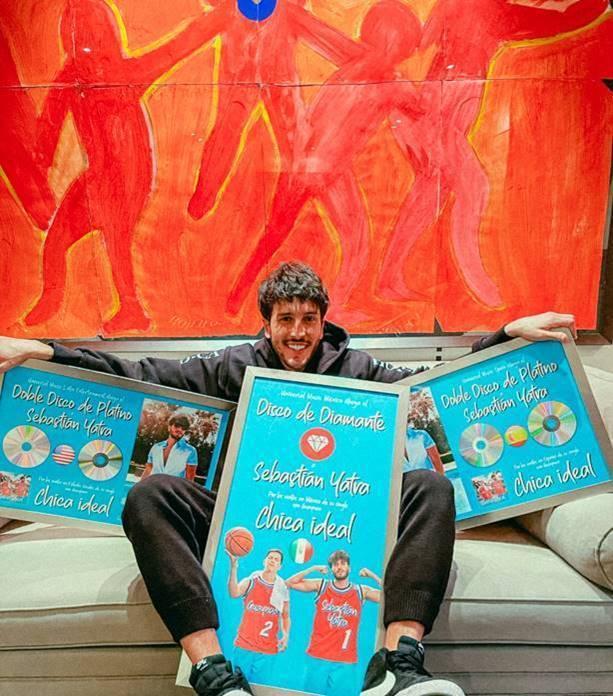 Sebastián Yatra recibió Disco de Diamante y Doble Disco de Platino