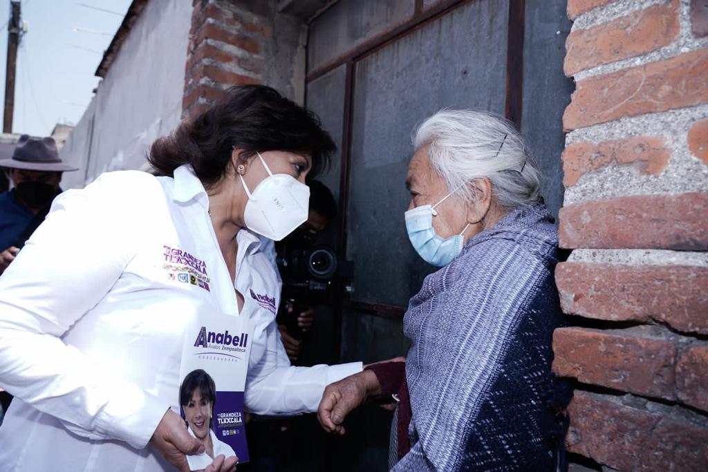 Vecinos de Xicohtzinco escuchan propuestas de Anabell Ávalos