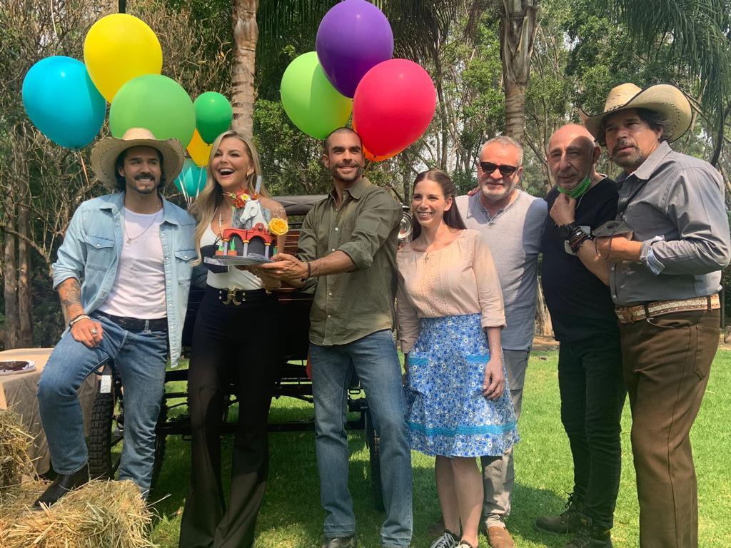 """Le festejan su cumpleaños a Marjorie de Sousa en la producción de """"La Desalmada"""""""
