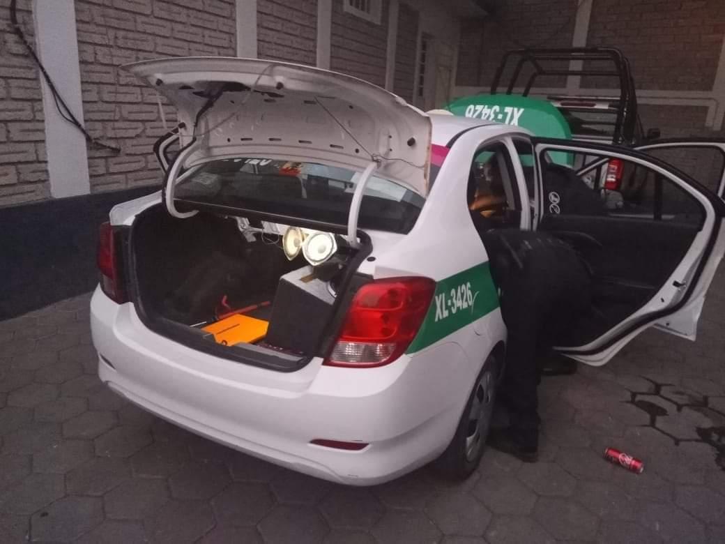 Policía Municipal de Xiutetelco logra asegurar un arma de fuego así como sustancias ilícitas dentro de un taxi del estado de Veracruz
