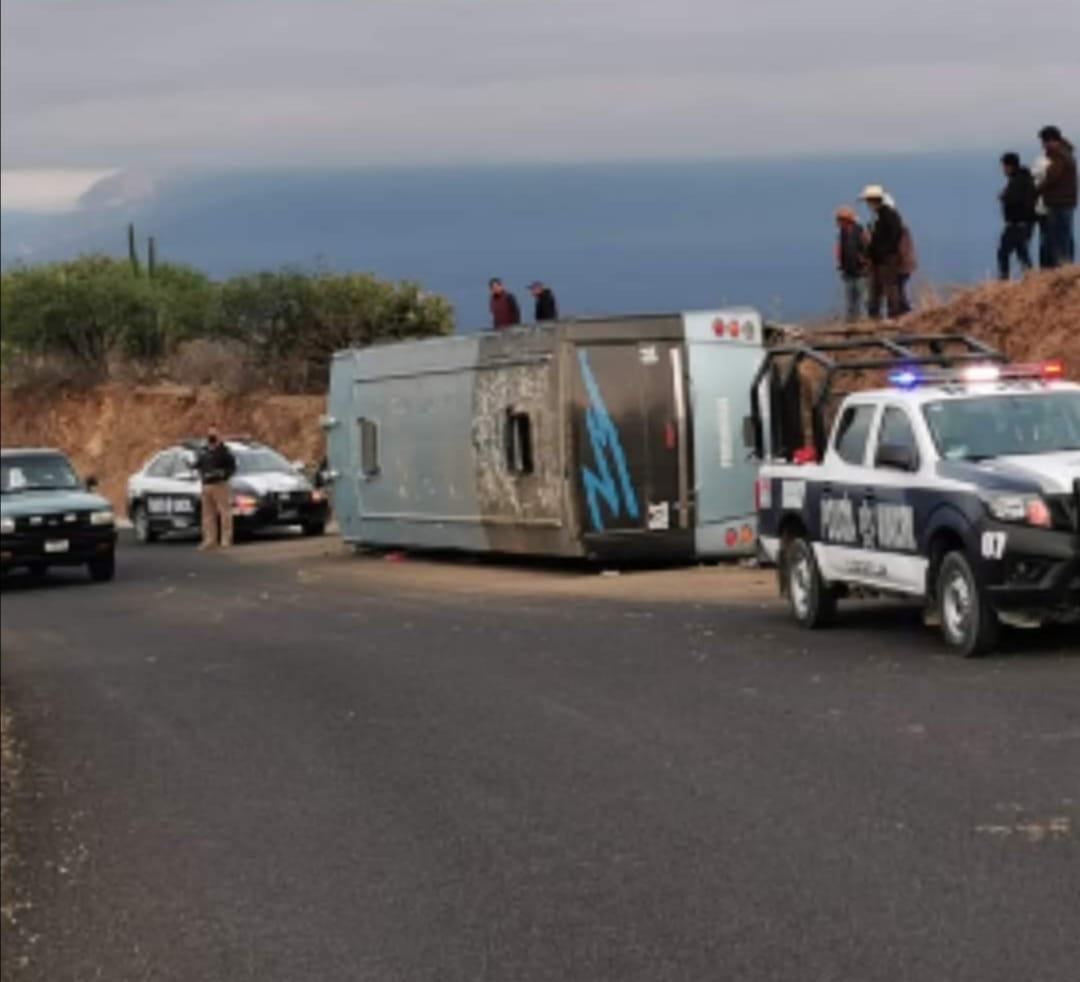 Cuatro pasajeros lesionados por volcadura de camión en Coxcatlán