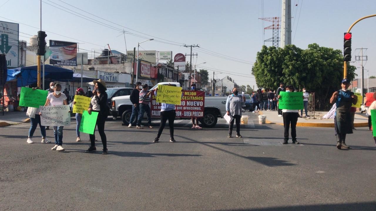 Locatarios inconformes del mercado Amalucan nuevamente se manifiestan