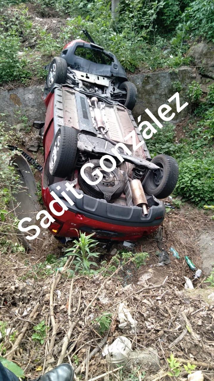 Vehículo cae a barranca de 30 metros y tripulantes viven para contarlo en Tlatlauquitepec