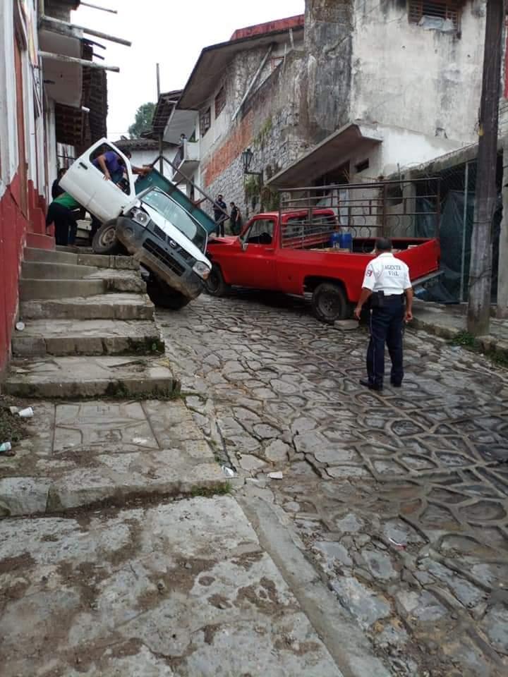 Aparatoso accidente en pleno centro de Cuetzalan deja solo daños materiales