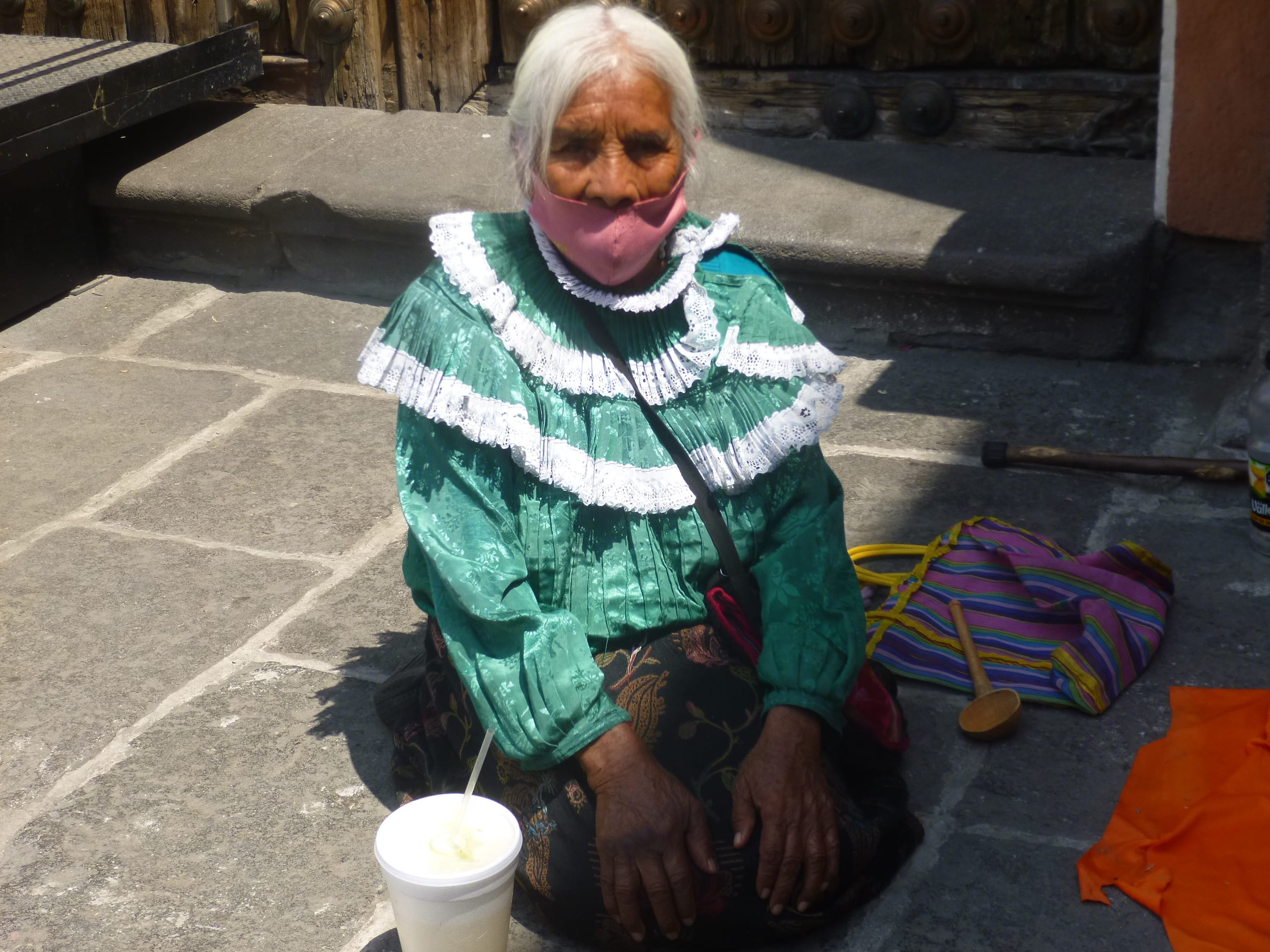 Video desde Puebla: Vengo a buscar dinero para comer, afirma doña Josefa Gabino Mauricio, la nonagenaria vendedora de muñecas convertida en momentánea celebridad