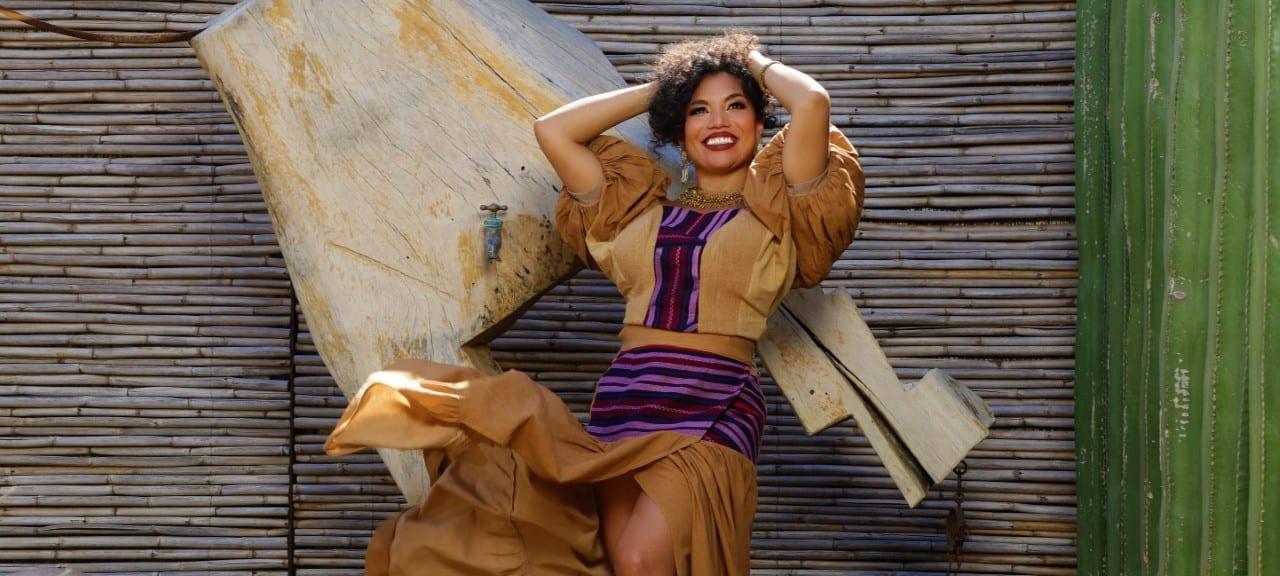 """La cantante Alejandra Robles presenta en """"Mis Sesiones"""" vestuario inspirado en técnicas africanas"""