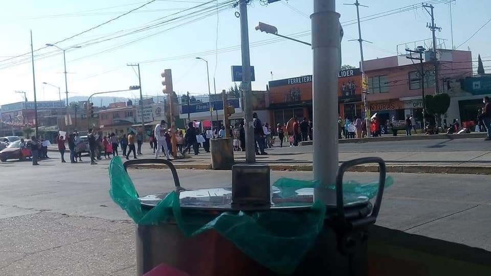 Locatarios del mercado Amalucan cierran la carretera federal a Tehuacán a la altura del entronque