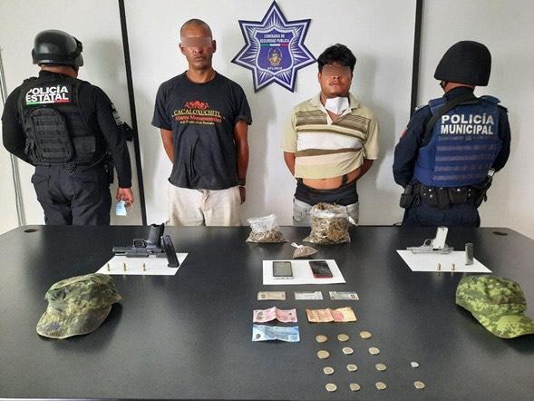 Con armas y aparente droga, Policía Estatal detiene a dos hombres