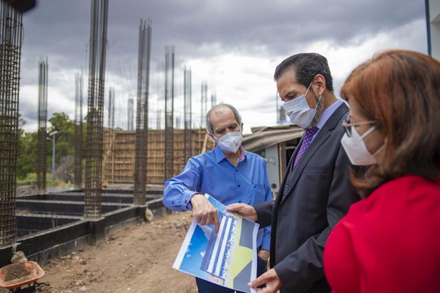 El Rector Alfonso Esparza Ortiz supervisa la construcción del nuevo edificio para la Escuela de Artes Plásticas y Audiovisuales